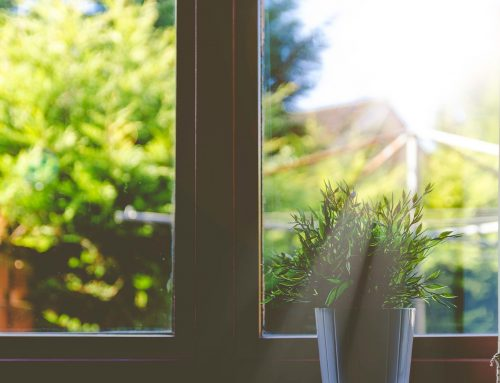 De zon buiten houden met raamdecoratie