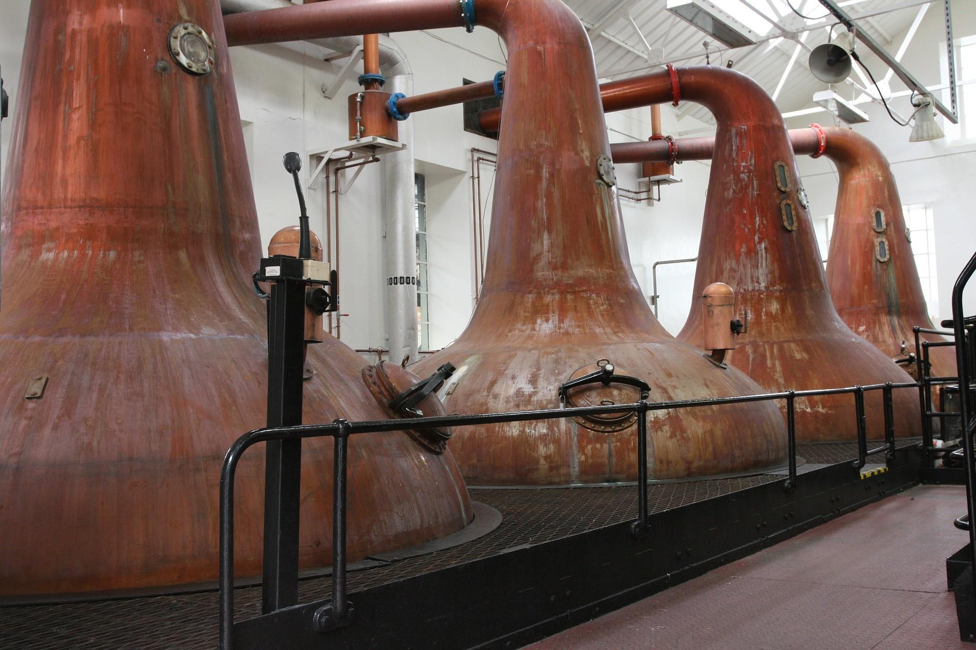 Destilleren binnen een destileerderij